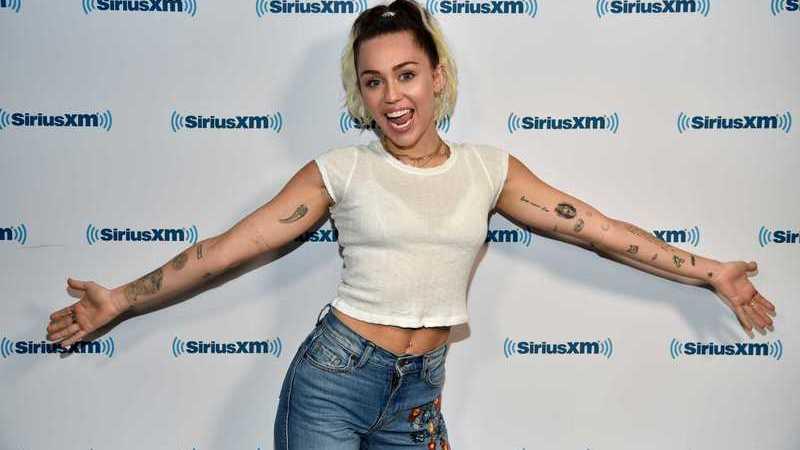 """""""Black Mirror"""": Miley Cyrus confirma participação na quinta temporada"""
