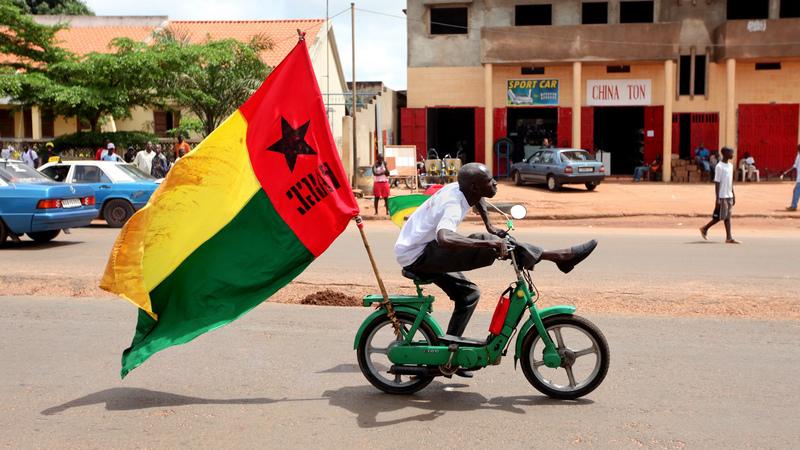Jovens tomam de assalto sede do PAIGC em Bissau