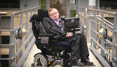 Um milhão de euros pela cadeira de Stephen Hawking e tese de doutoramento