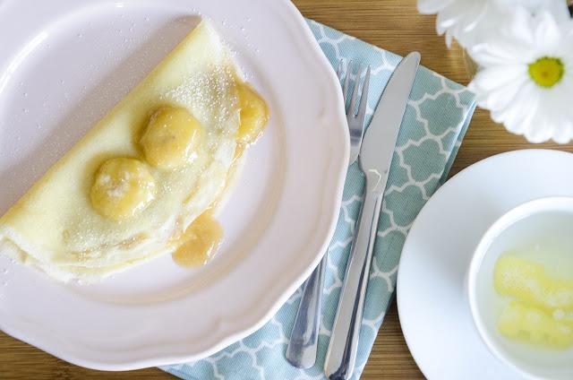 Crepes com banana caramelizada