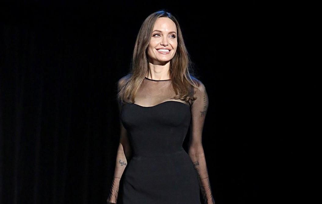 Veja a transformação surpreendente de Angelina Jolie nos bastidores de Maleficent