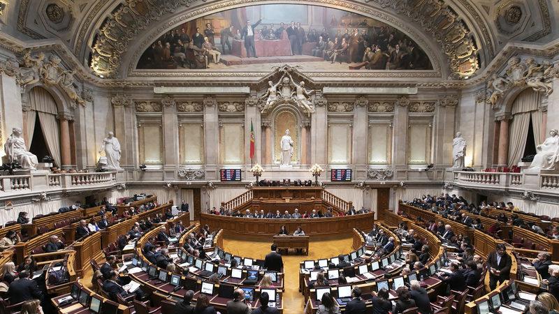 Lay-off para os sócios-gerentes chumba. Parlamento retira teto de faturação ao apoio em vigor
