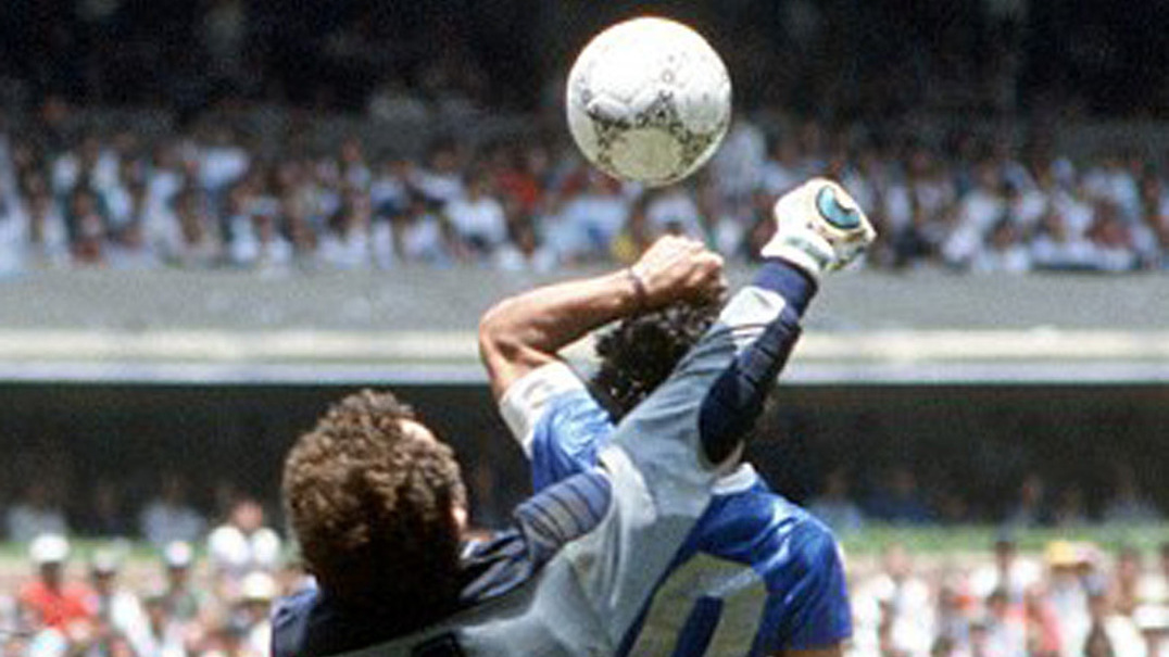 Há 31 anos, a 'Mão de Deus' empurrava Maradona para o 'Golo do Século'