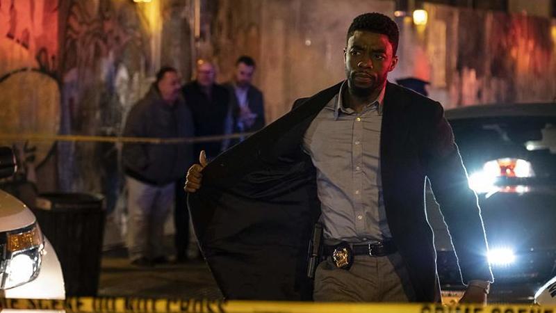 """21 Pontes"": Chadwick Boseman bloqueia Manhattan num ""thriller"" oco e banal"