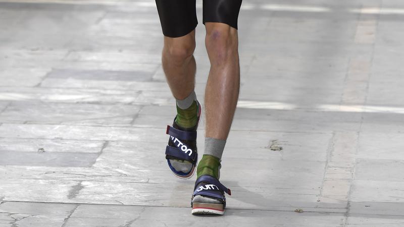 Sandálias com meias. O último grito da moda