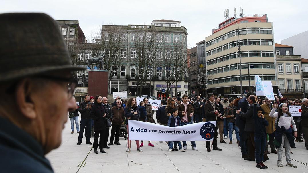 Dezenas de pessoas juntaram-se no Porto contra a eutanásia