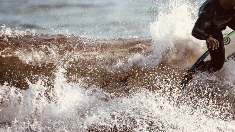 Maré de algas vermelhas obriga a interdição de banhos em Carcavelos. Veja as fotos
