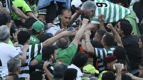 Dezenas de adeptos do Sporting 'acarinharam' os jogadores na chegada ao Hotel