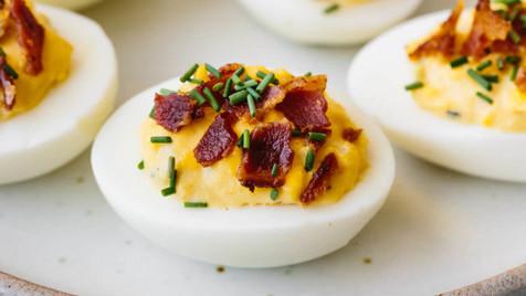 Ovos recheados com mousse de mostarda de dijon e bacon crocante
