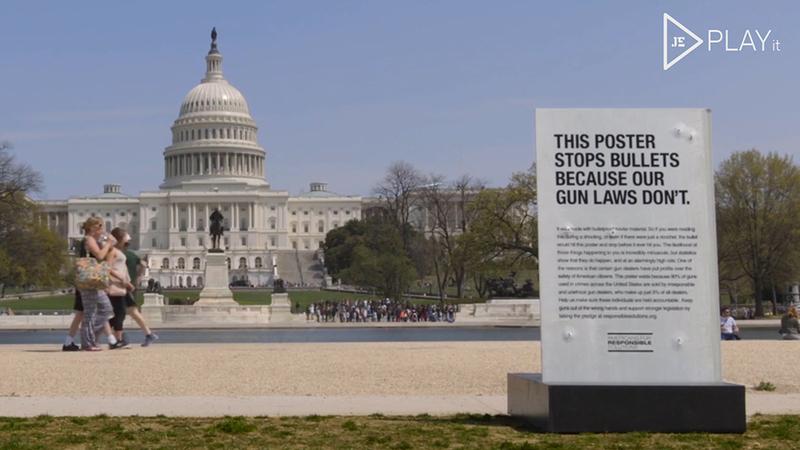 """Este cartaz é à prova de bala: """"Se os EUA não nos protegem, nós protegemos"""""""