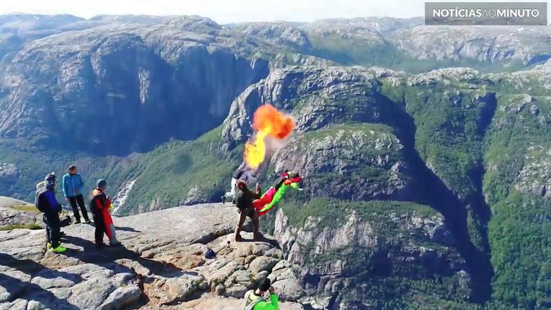 Pura adrenalina: Base jumpers saltam da montanha de Kjerag