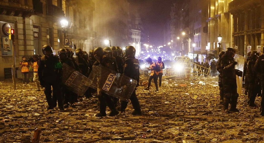 Catalunha: Centro de Barcelona vira campo de batalha com confrontos entre grupos radicais e polícia