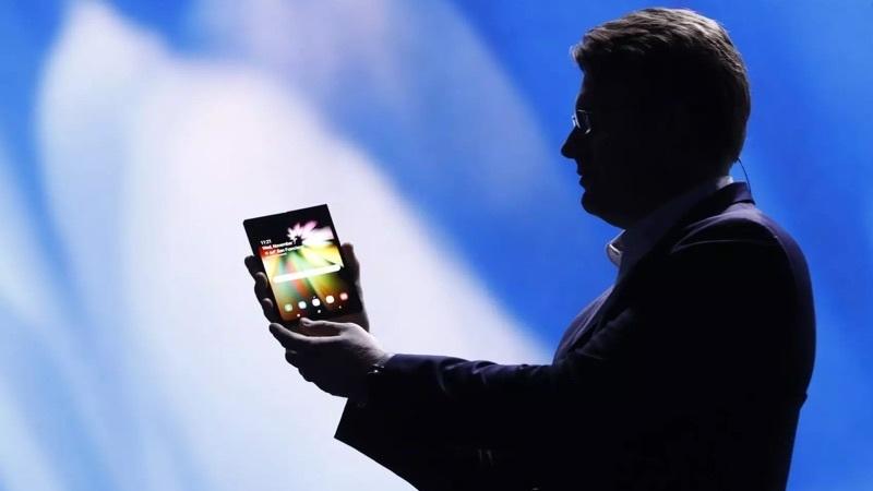 Smartphone de ecrã dobrável da Samsung chega em março e com preço elevado