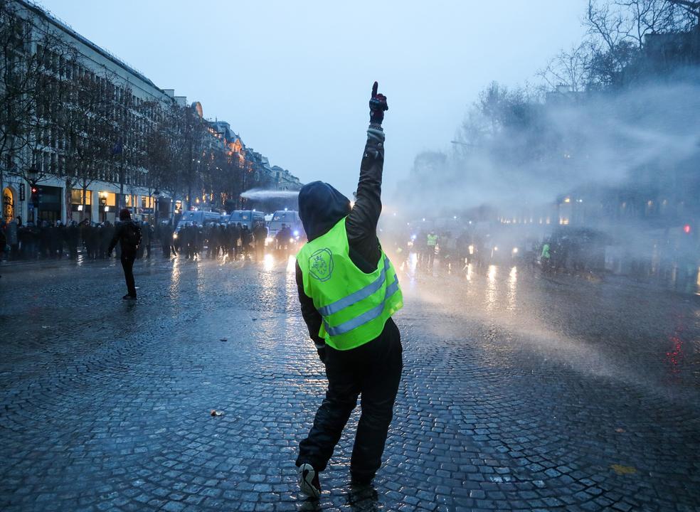 França: Movimento dos coletes amarelos enfraquece em Paris, mas não deixa cair reivindicações