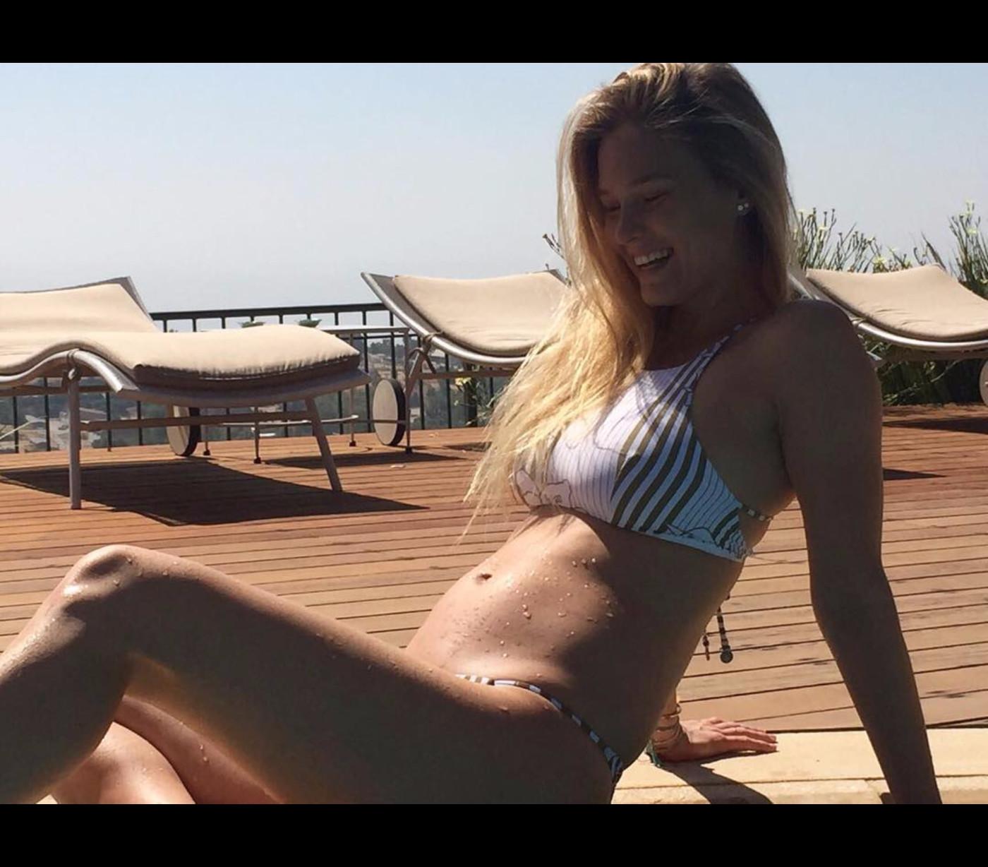 31ca6d942 ... A modelo israelita mostra a sua barriga de grávida, usando um biquíni  em tons de ...