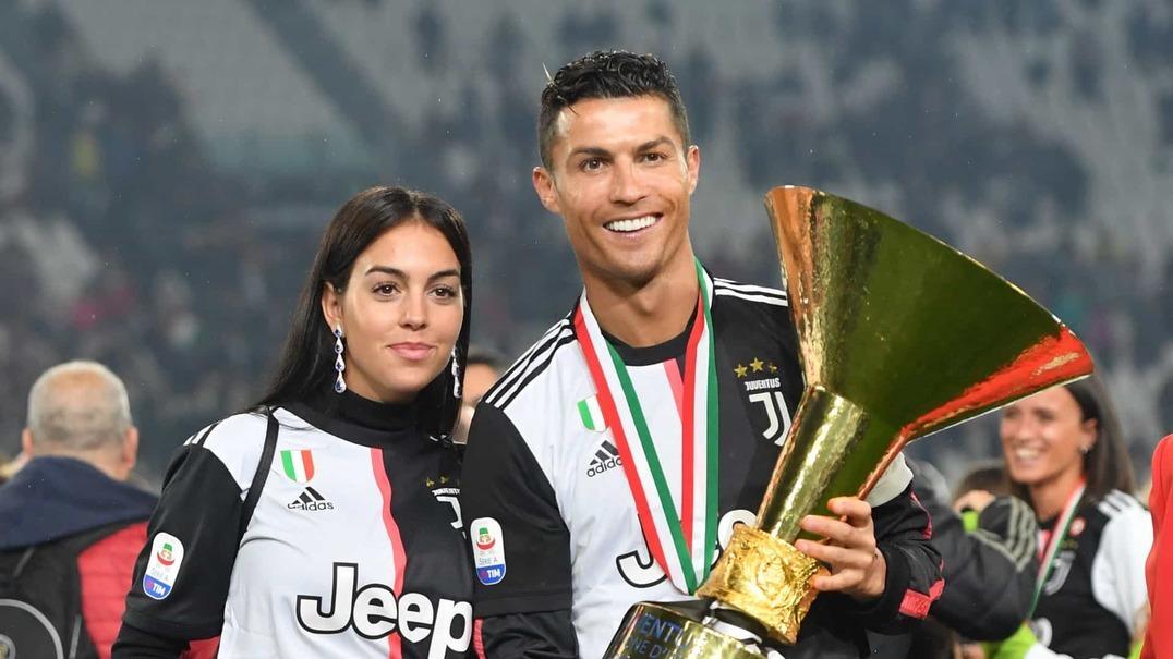 Ronaldo distraiu-se e deu cacetada com o troféu no filho mais velho