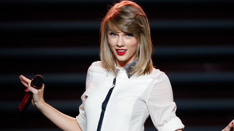 """Ups"": bailarino faz rasteira a Taylor Swift durante concerto"