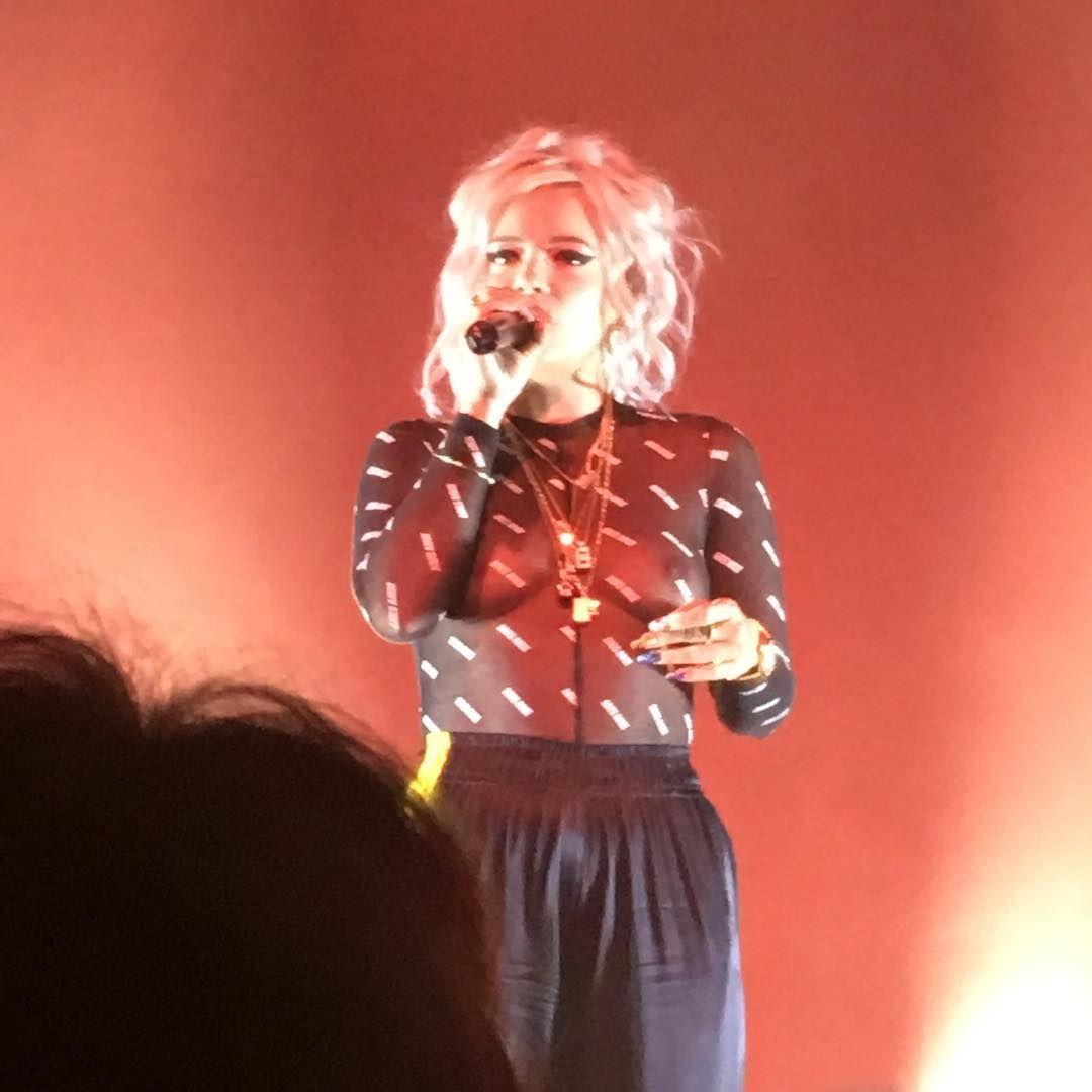 Transparências e seios à mostra: O look de Lily Allen para concerto