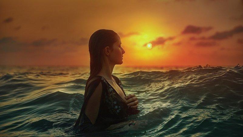 A beleza da mulher em maravilhosas paisagens à volta do mundo