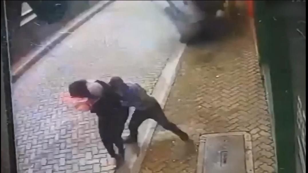 Homem salva namorada de carro descontrolado