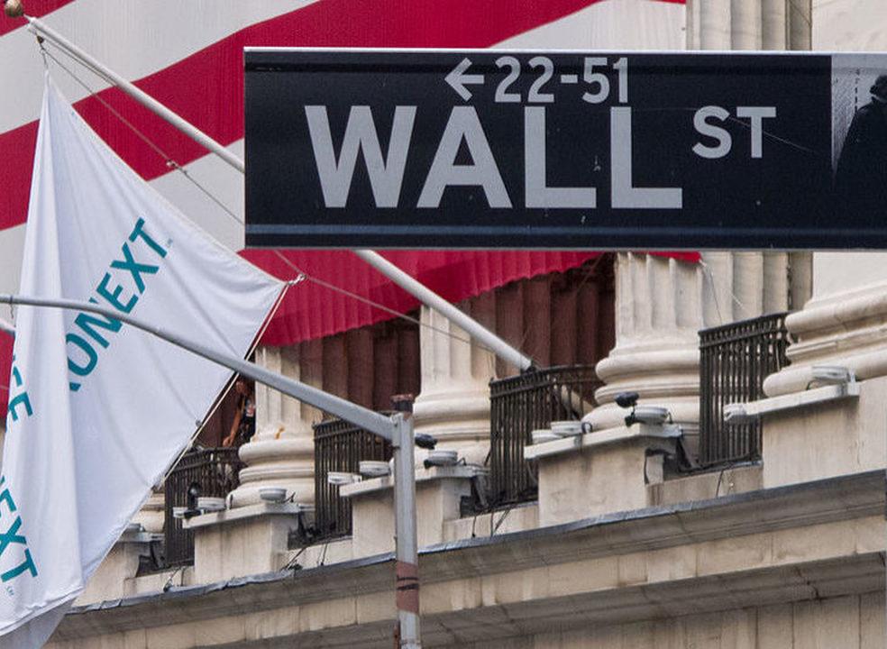 Petróleo arrasta bolsas, mas Wall Street consegue ganho semanal