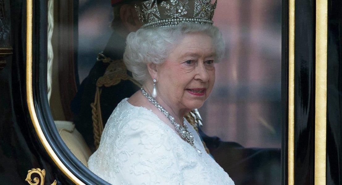 Por que é que a rainha Isabel II não precisa de passaporte para viajar?
