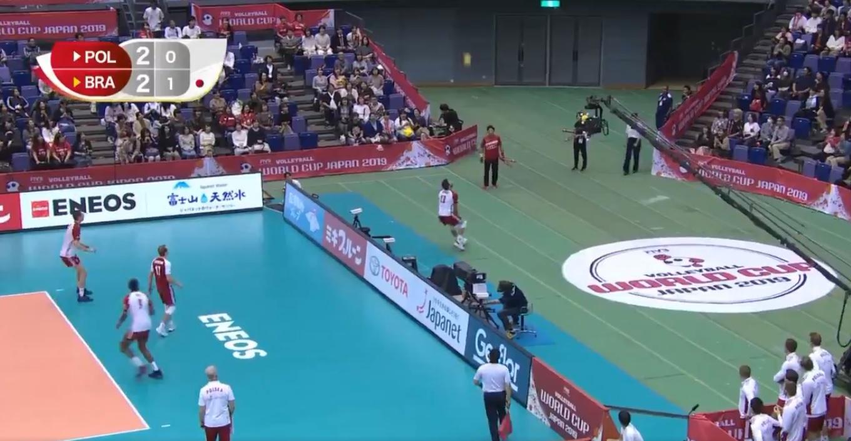 VÍDEO: Jogada incrível no Mundial de voleibol. Pontapé para o ar, jogador fora do recinto de jogo e ponto para a Polónia