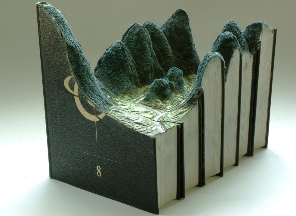 Artista canadiano esculpe paisagens grandiosas em velhas enciclopédias e bíblias