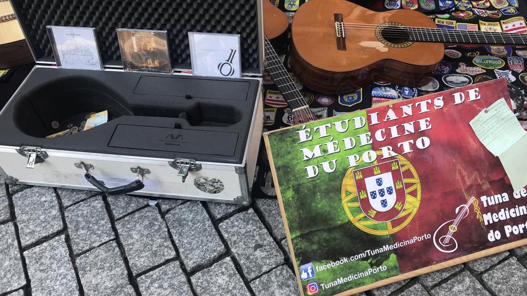 Tocam nas ruas do Porto para irem à Suíça. Tocam e vendem CD's pelos cantões para poder regressar ao Porto