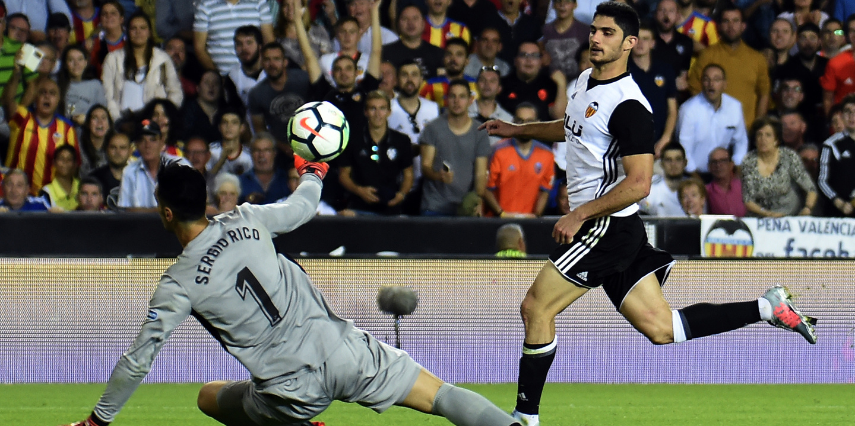 Gonçalo Guedes bisa e assiste na goleada do Valência frente ao Sevilha