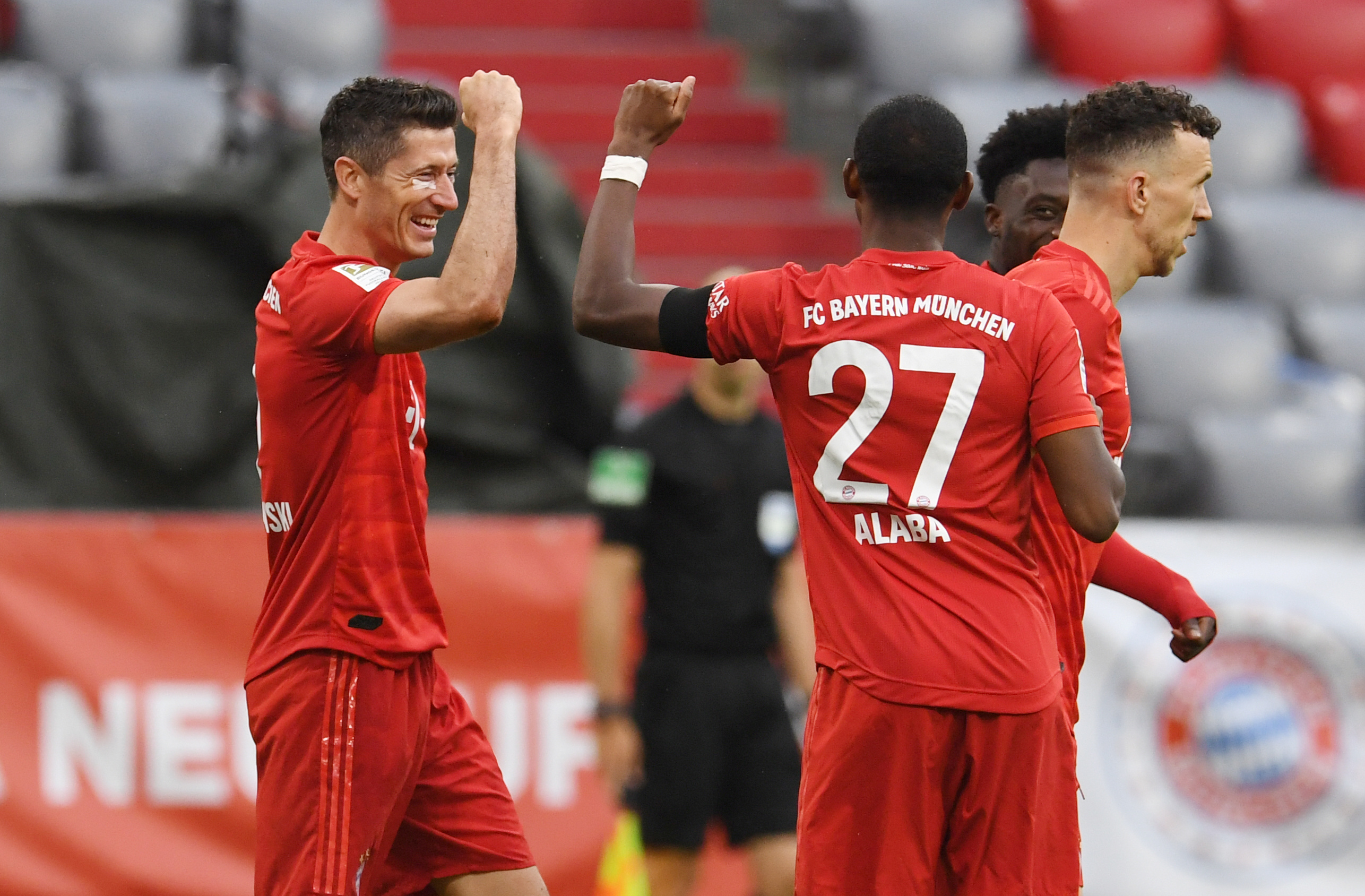 Bayern Munique goleia Eintracht Frankfurt e isola-se na liderança
