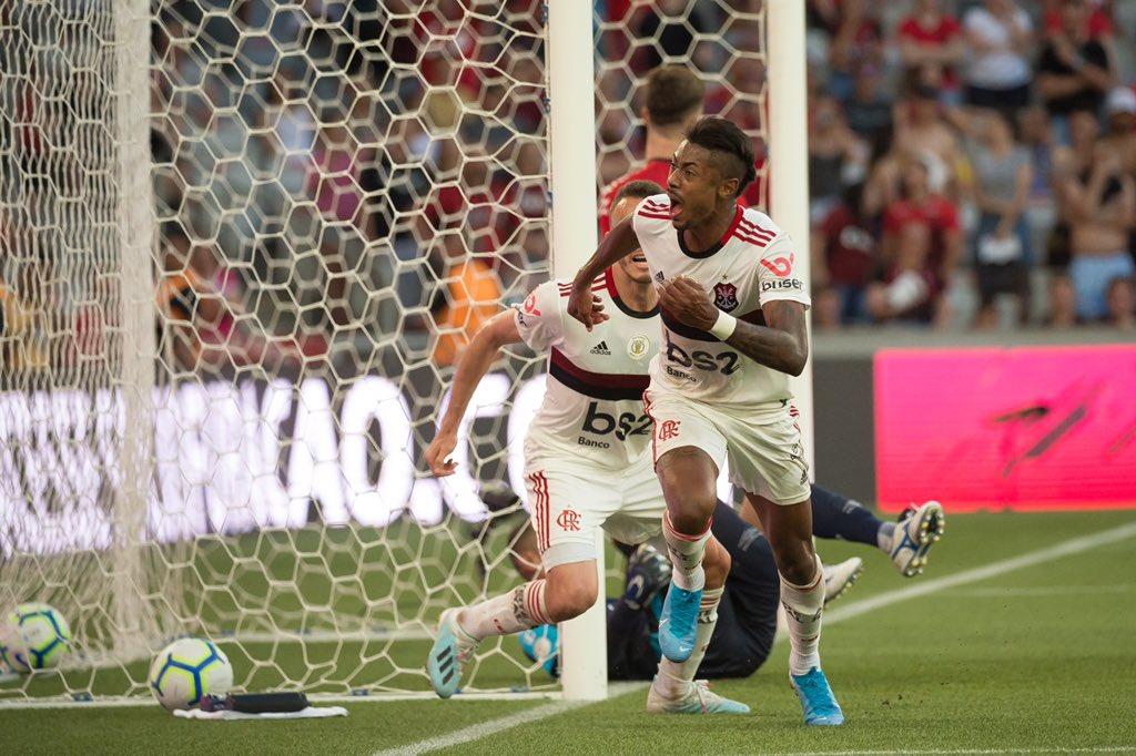VÍDEO: O erro clamoroso do guarda-redes do Ath. Paranaense que deu vantagem ao Flamengo