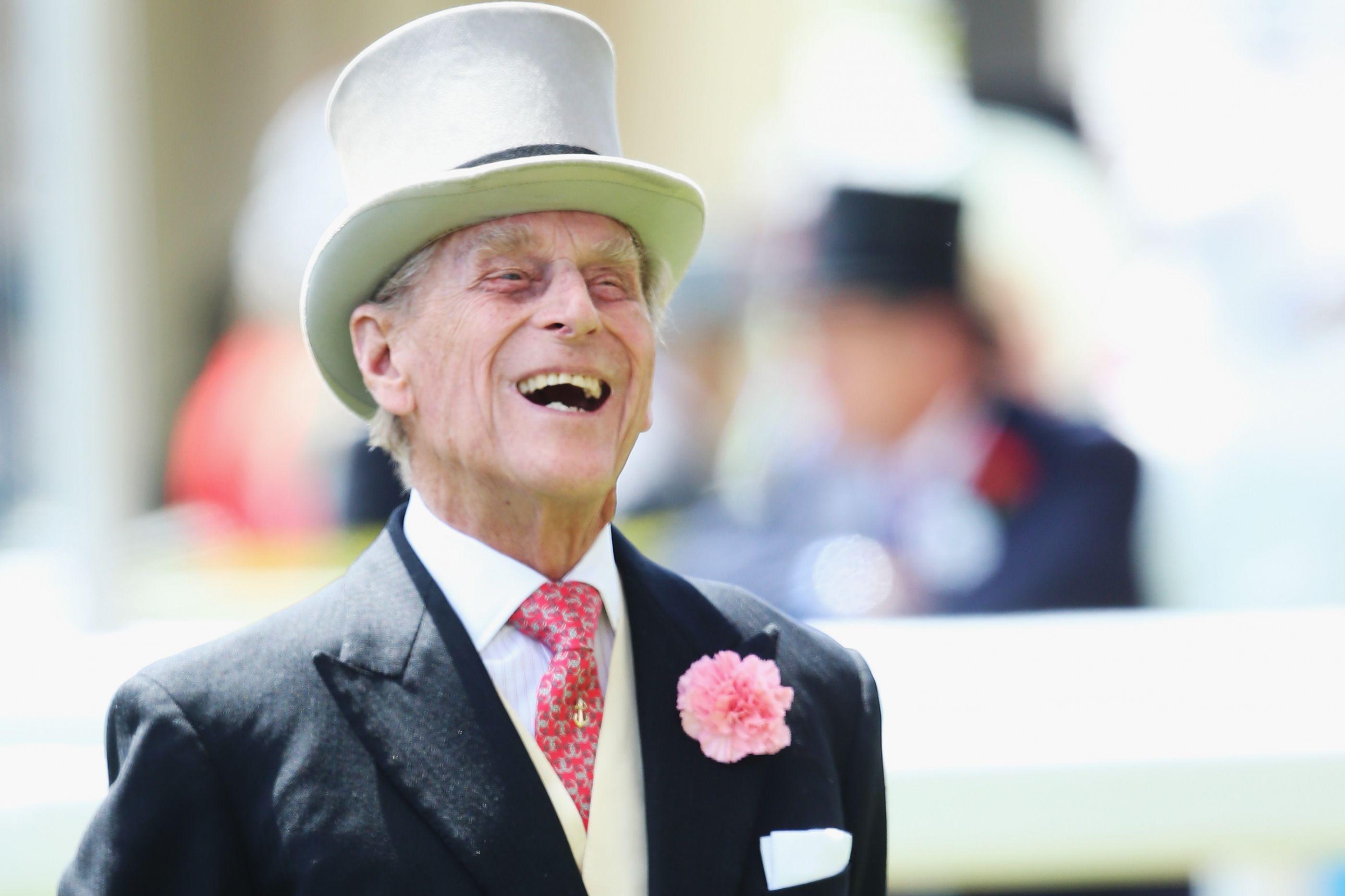 Após meses longe do olhar público, marido de Isabel II surge recuperado