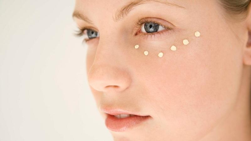 Sabe (mesmo) aplicar creme de olhos? Os passos a seguir para potenciar os seus efeitos