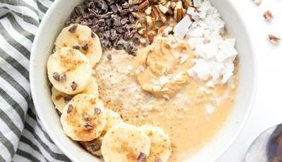 Papas de aveia com sementes de chia, banana e manteiga de amendoim