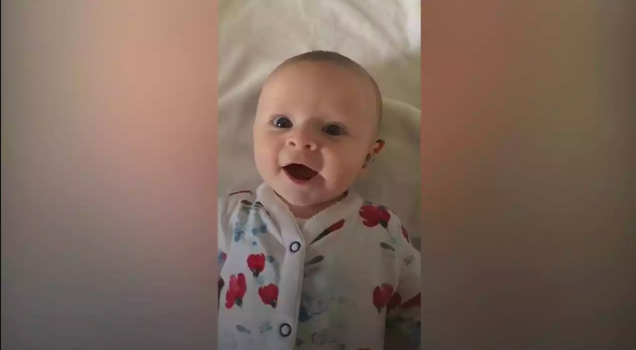 A emocionante reação de uma bebé surda ao ouvir com aparelho auditivo