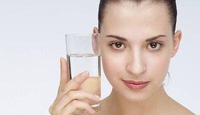 Os benefícios de beber água alcalina