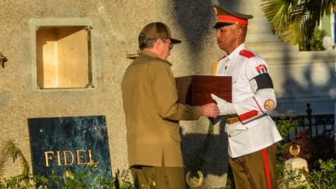 Cinzas de Fidel depositadas em Santiago durante ato privado