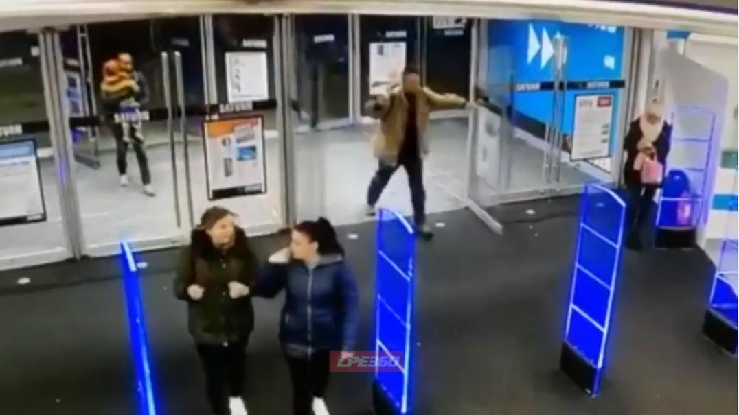 Cliente desajeitado parte duas portas de vidro ao entrar em centro comercial