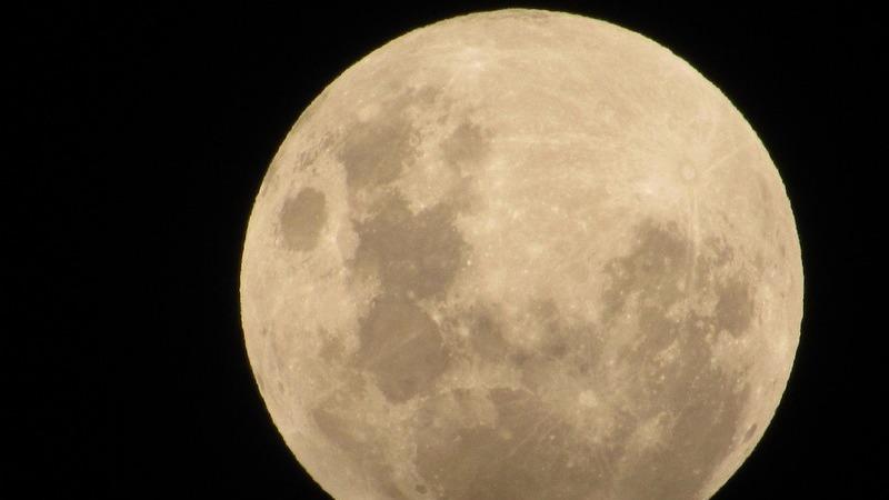 A Lua Cheia em Sagitário com eclipse penumbral da Lua