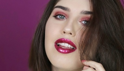 Como conseguir (e usar) aquele efeito glitter nos lábios