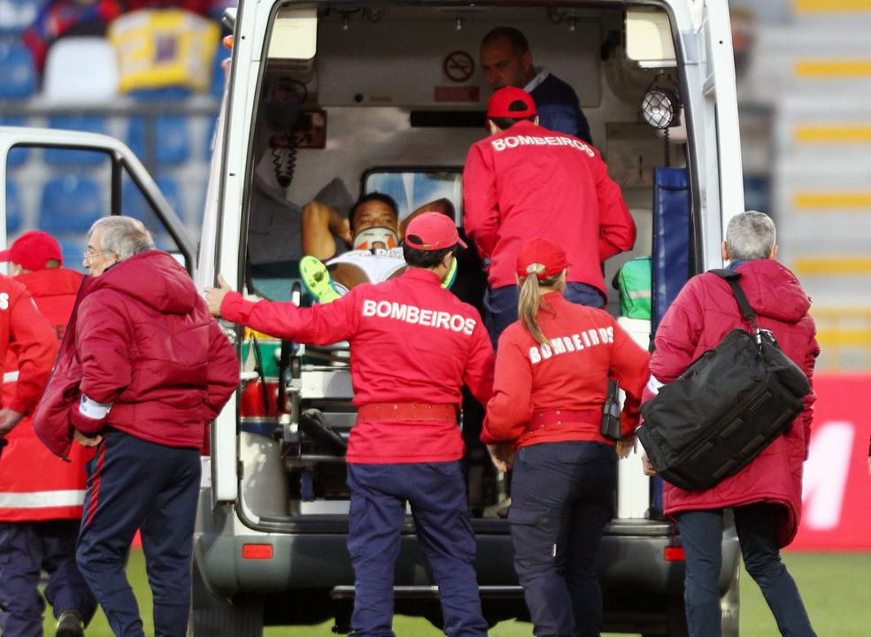 Desp. Chaves: Matheus caiu inanimado depois de chocar com jogador do Estoril