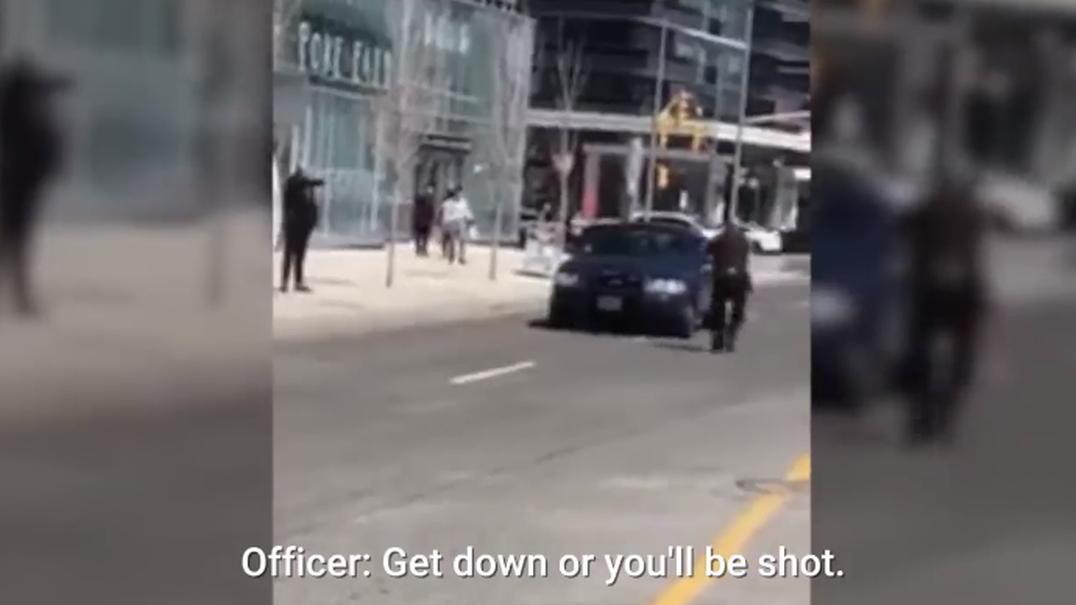 Agente da polícia de Toronto elogiado por recusar disparar sobre suspeito