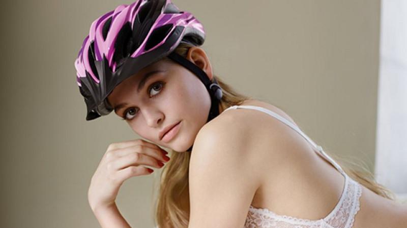 Governo alemão usa modelos seminus para convencer os ciclistas a usarem capacete