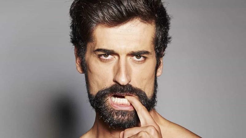 Hilariante: António Raminhos responde a mensagens eróticas