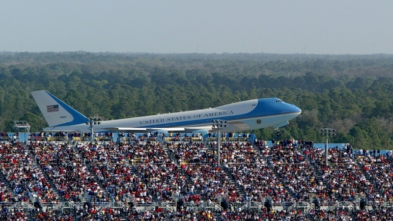 Diretor de campanha de Trump partilha foto de multidão impressionante à chegada do Air Force One… mas com Bush a bordo
